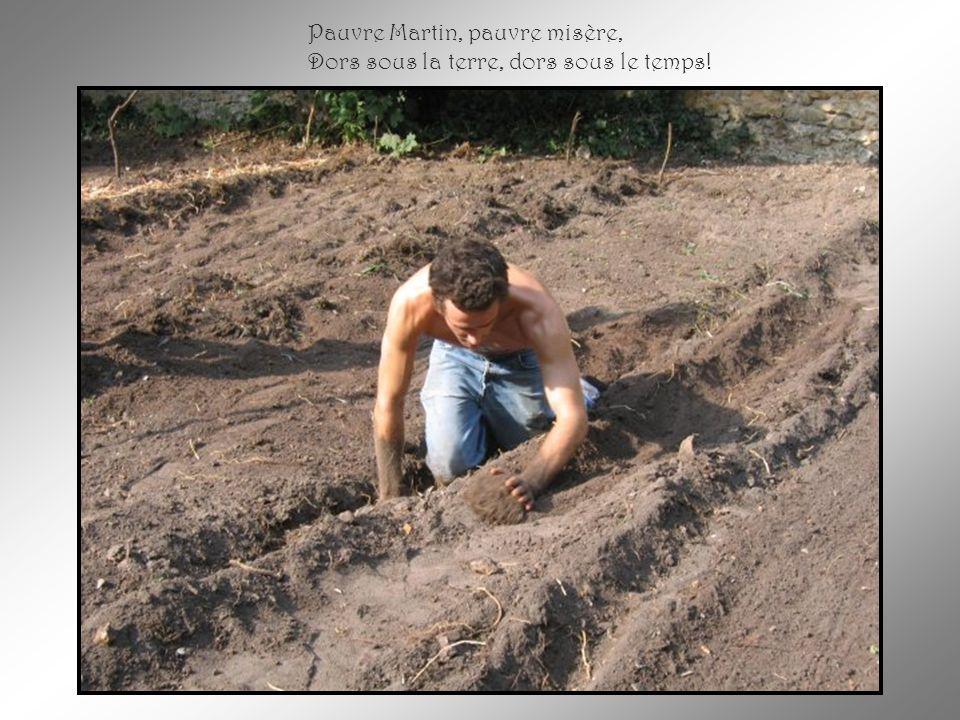 Il creusa lui-même sa tombe En faisant vite, en se cachant, En faisant vite, en se cachant, Et s'y étendit sans rien dire Pour ne pas déranger les gen