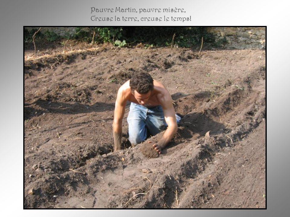 Et quand la mort lui a fait signe De labourer son dernier champ, De labourer son dernier champ, Il creusa lui-même sa tombe En faisant vite, en se cachant...