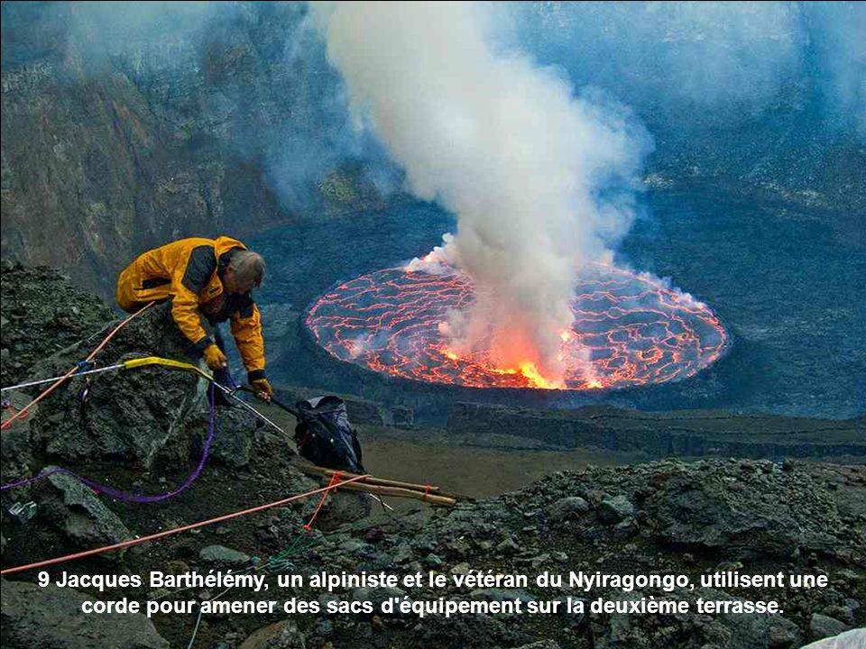9 Jacques Barthélémy, un alpiniste et le vétéran du Nyiragongo, utilisent une corde pour amener des sacs d'équipement sur la deuxième terrasse.