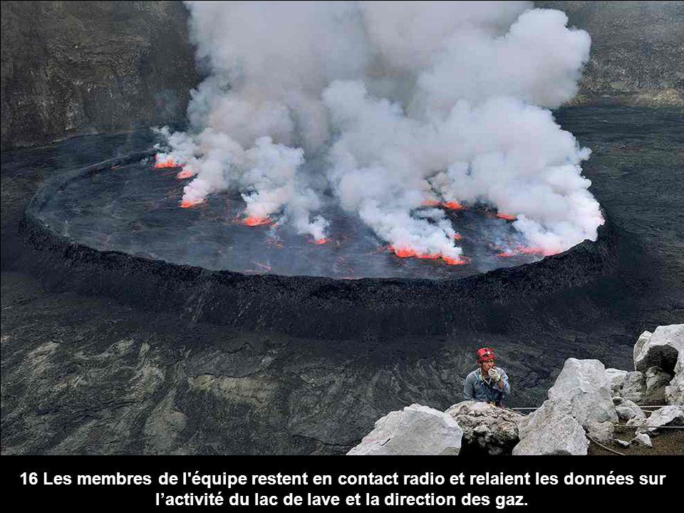 16 Les membres de l'équipe restent en contact radio et relaient les données sur lactivité du lac de lave et la direction des gaz.