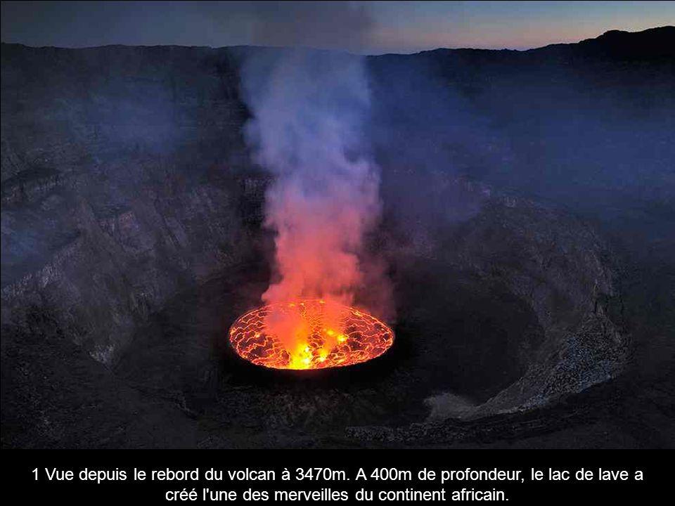 12 Dario Tedesco, volcanologue, recueille des gaz pour en apprendre davantage sur l activité volcanique.