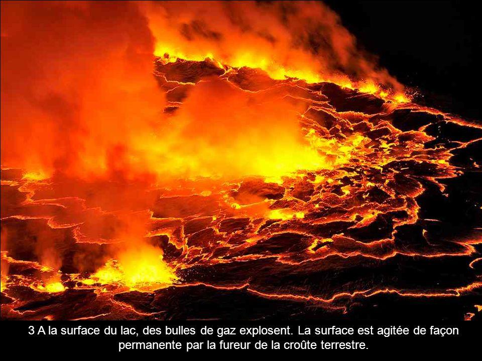 3 A la surface du lac, des bulles de gaz explosent. La surface est agitée de façon permanente par la fureur de la croûte terrestre.