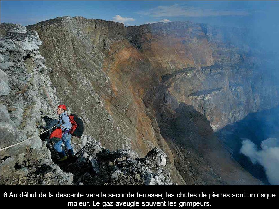 6 Au début de la descente vers la seconde terrasse, les chutes de pierres sont un risque majeur. Le gaz aveugle souvent les grimpeurs.