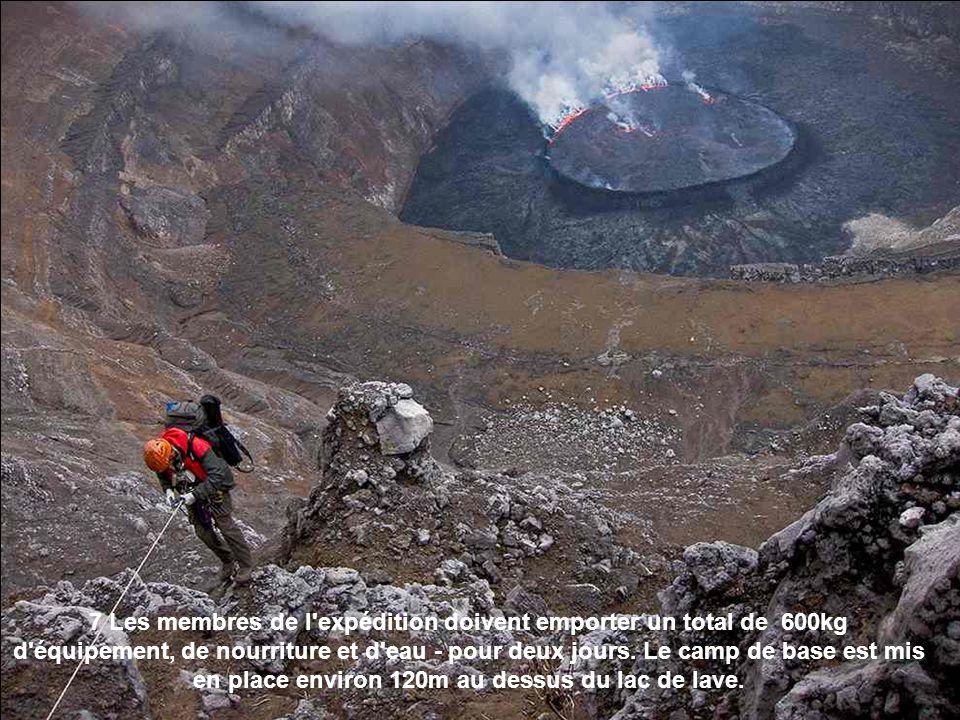 7 Les membres de l'expédition doivent emporter un total de 600kg d'équipement, de nourriture et d'eau - pour deux jours. Le camp de base est mis en pl
