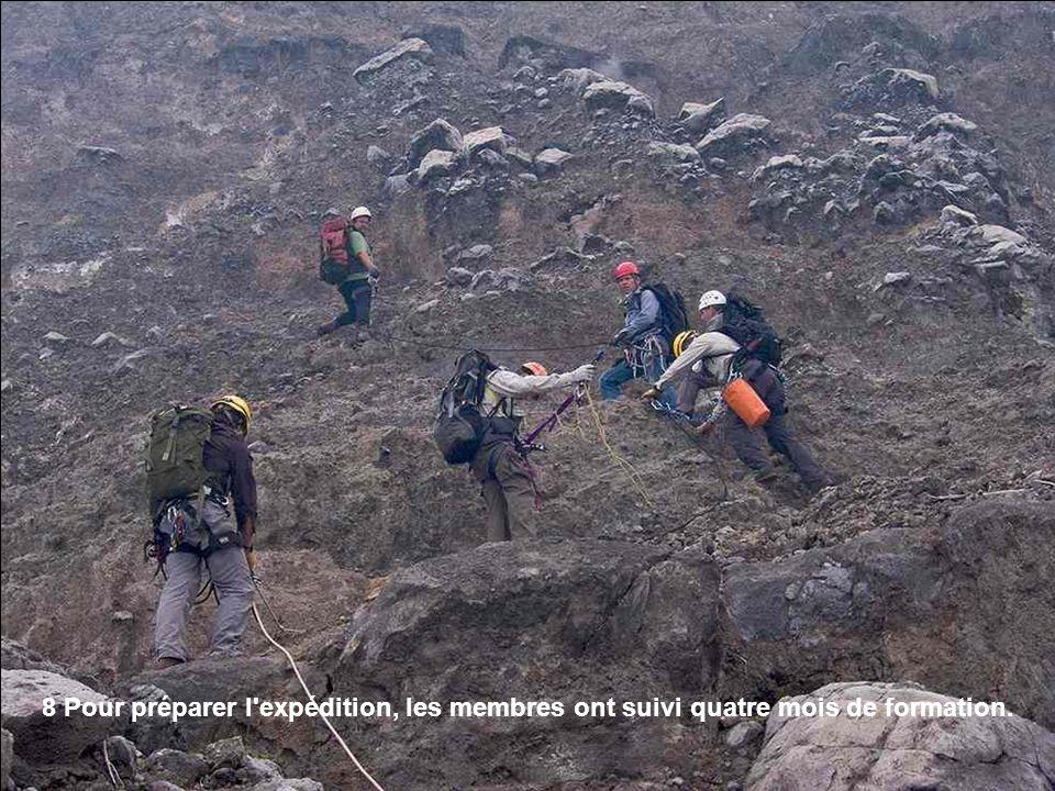 9 Jacques Barthélémy, un alpiniste et le vétéran du Nyiragongo, utilisent une corde pour amener des sacs d équipement sur la deuxième terrasse.