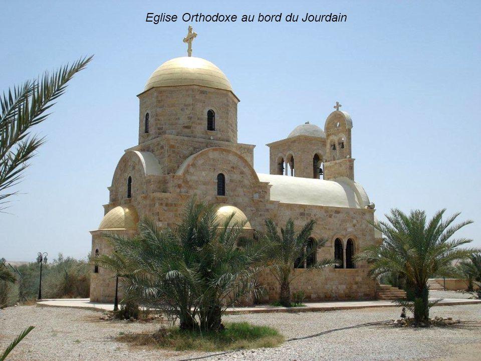 Reconstitution du site présumé de baptême de Jean le Baptiste au bord du Jourdain. La visite de Jean-Paul II en lan 2000 apporta la consécration au si