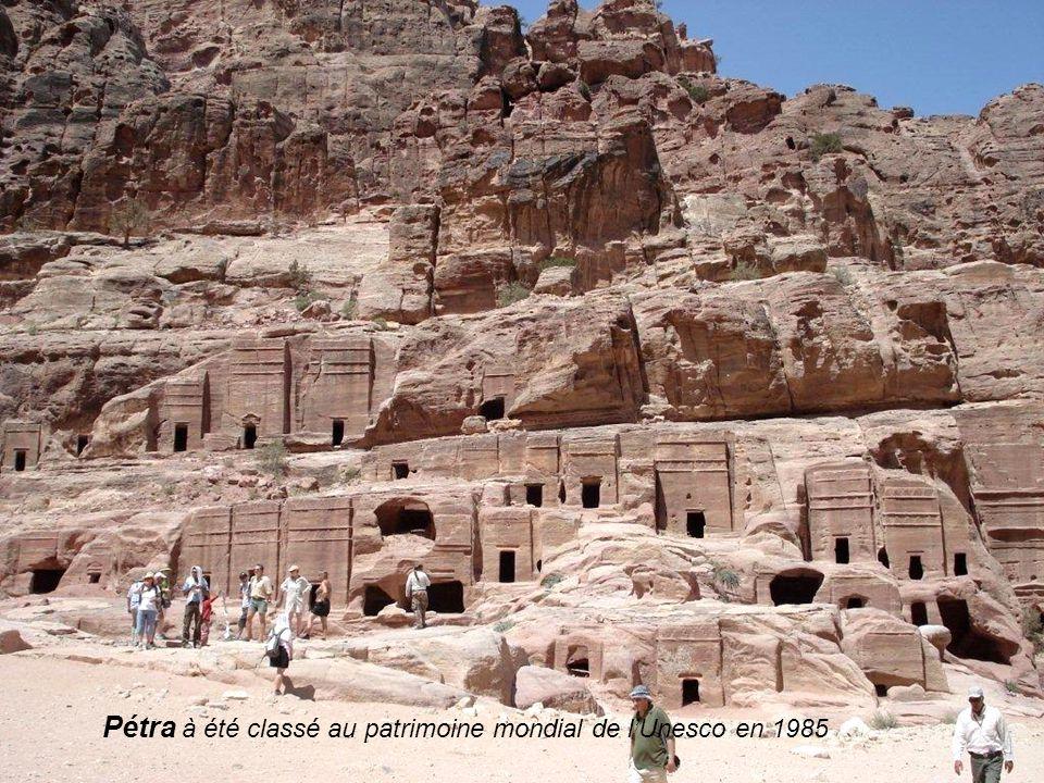 Première merveille au bout du Siq: Le Khazneh Cest la façade la plus travaillée de tous les monuments de Pétra Il à été nommé aussi le trésor par les