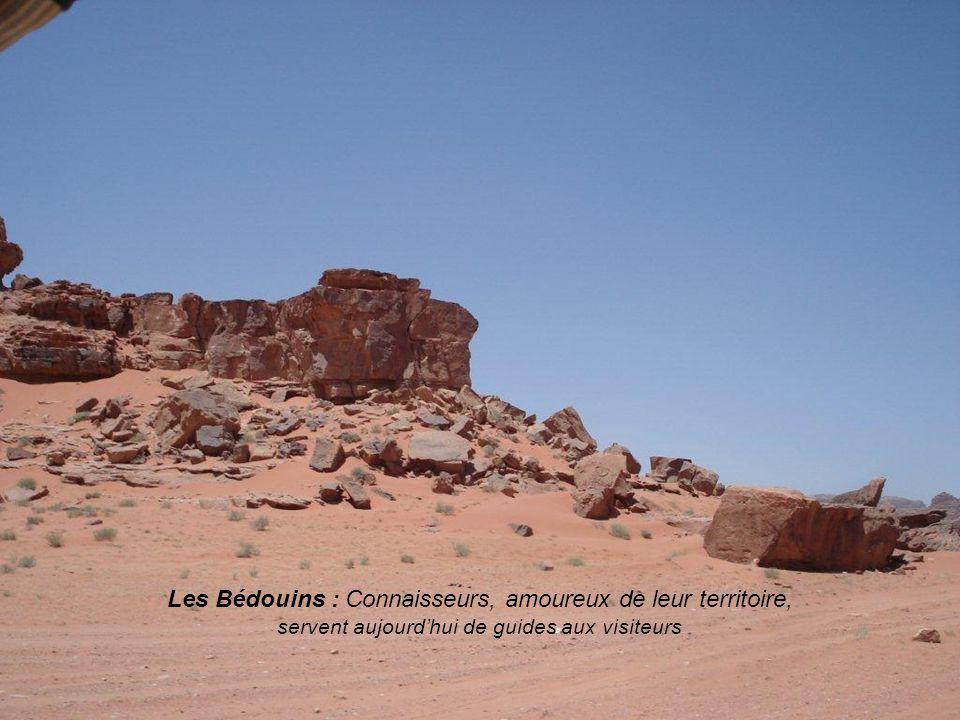Le Wadi Rum: est lun des sites les plus beaux de la Jordanie: massifs en grés rouge et granit.
