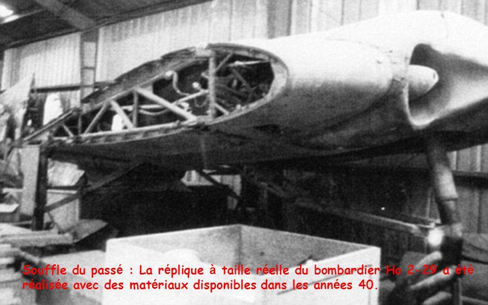 Souffle du pass é : La r é plique à taille r é elle du bombardier Ho 2-29 a é t é r é alis é e avec des mat é riaux disponibles dans les ann é es 40.