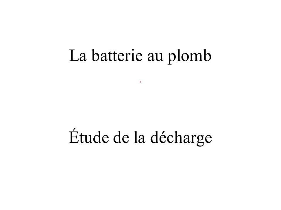 Décharge de la batterie au plomb Électrode en plomb Solution concentrée dacide sulfurique : 2 H + ; SO 4 2 - Électrode en plomb recouverte doxyde de plomb On relie les bornes par un circuit électrique mA COM A R