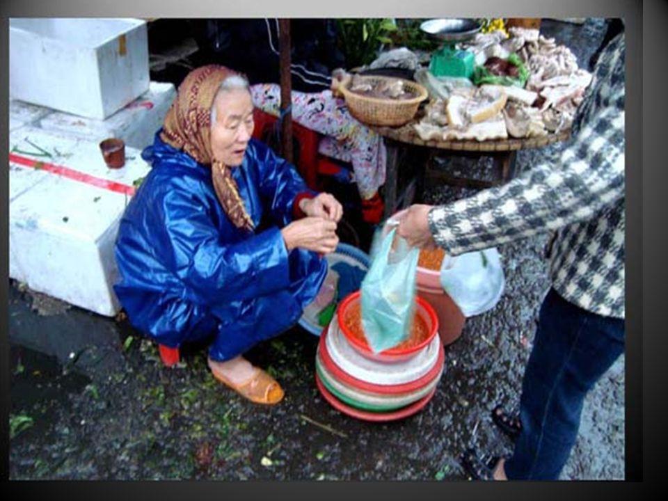 Le casque de moto rivalise avec le chapeau conique, on ne le quitte pas même pour vendre des canards au bord du trottoir….