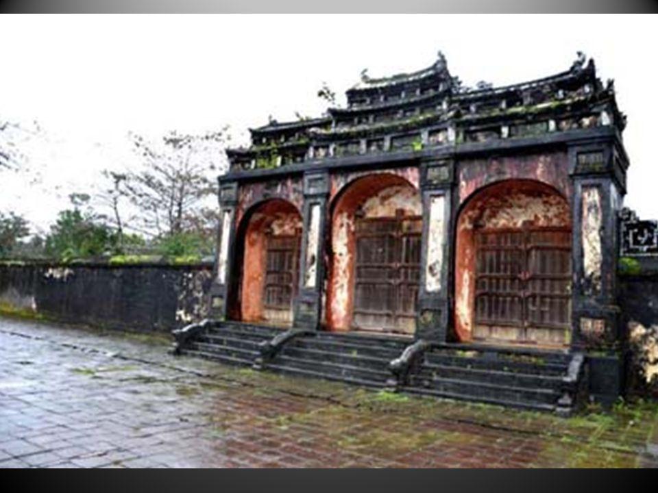 Et les vestiges du Palais-Royal à Hué, entre Hanoï et Saigon.