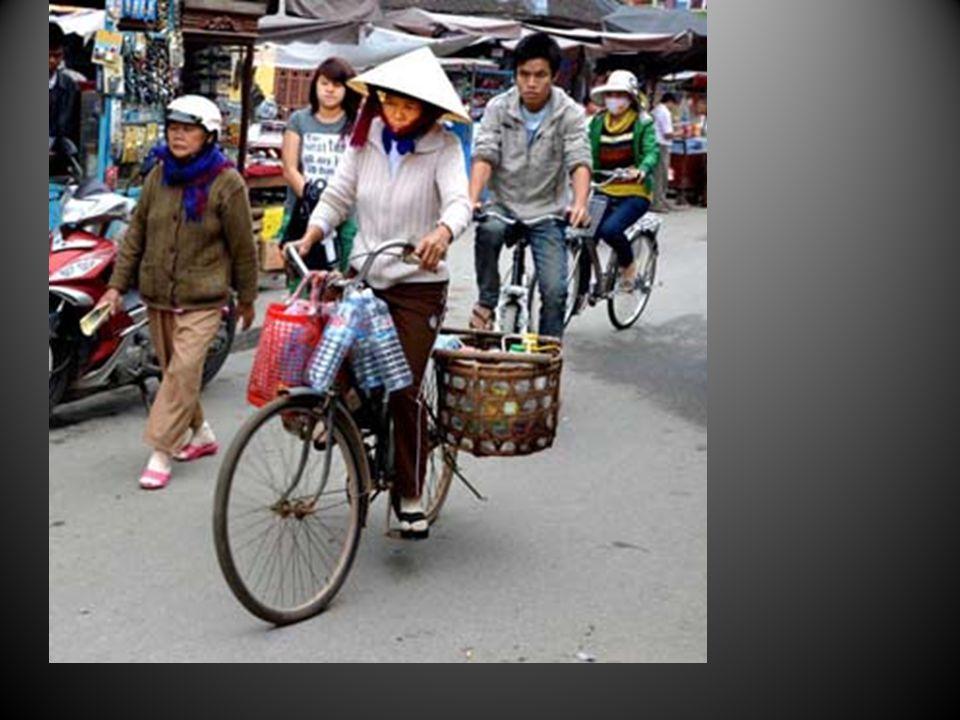 Le casque de moto est aussi anti-pluie, même pour vendre des balais.