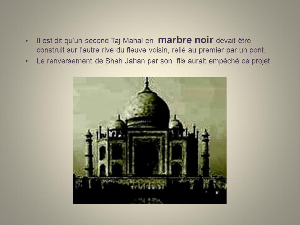 Quelques précisions … A Agra,au Rajasthan, le Taj Mahal est un mausolée, un monument-joyau entouré de jardins, il est fait de marbre blanc, de jaspe et de turquoise incrusté de corail, de lapis- lazuli, de cornaline, donyx, dagate, de grenats et autres pierres précieuses.