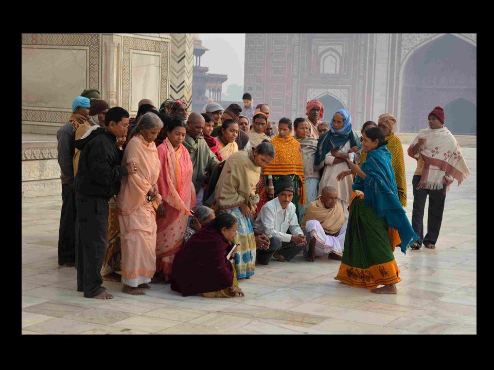 Il est dit quun second Taj Mahal en marbre noir devait être construit sur lautre rive du fleuve voisin, relié au premier par un pont.