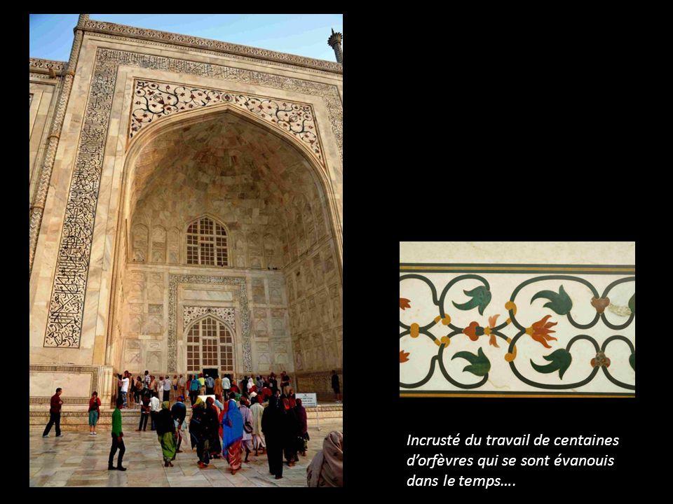 Des sourates calligraphiées affirment la foi et lespoir de Sha Jahan …