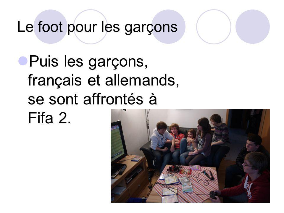 Le foot pour les garçons Puis les garçons, français et allemands, se sont affrontés à Fifa 2.