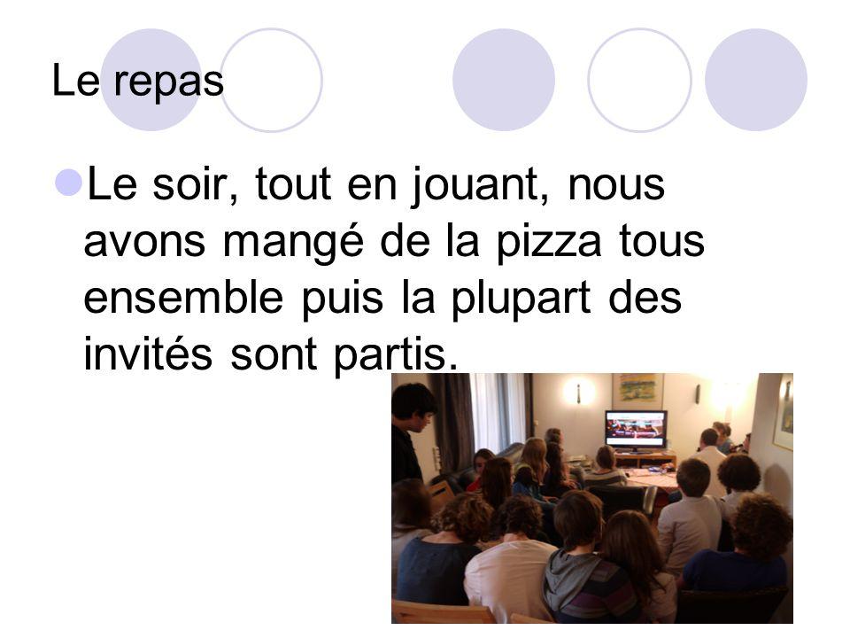 Le repas Le soir, tout en jouant, nous avons mangé de la pizza tous ensemble puis la plupart des invités sont partis.
