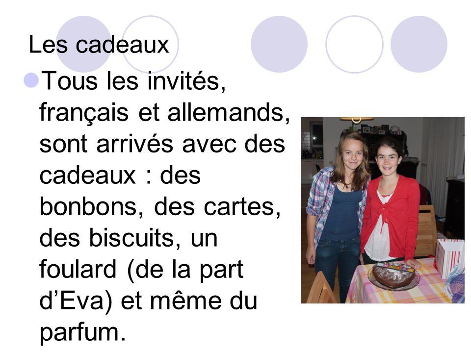 Les cadeaux Tous les invités, français et allemands, sont arrivés avec des cadeaux : des bonbons, des cartes, des biscuits, un foulard (de la part dEva) et même du parfum.