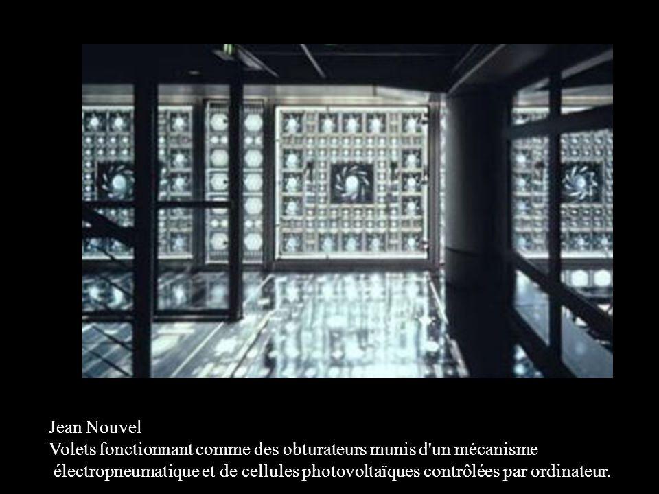 Jean Nouvel Volets fonctionnant comme des obturateurs munis d un mécanisme électropneumatique et de cellules photovoltaïques contrôlées par ordinateur.