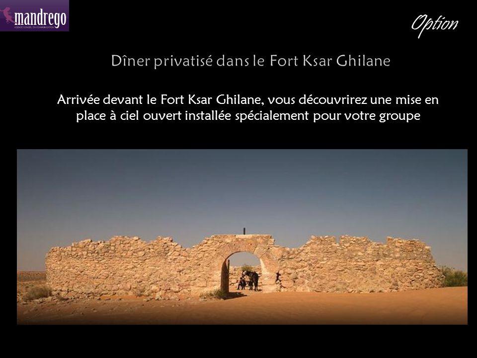 Arrivée devant le Fort Ksar Ghilane, vous découvrirez une mise en place à ciel ouvert installée spécialement pour votre groupe Option