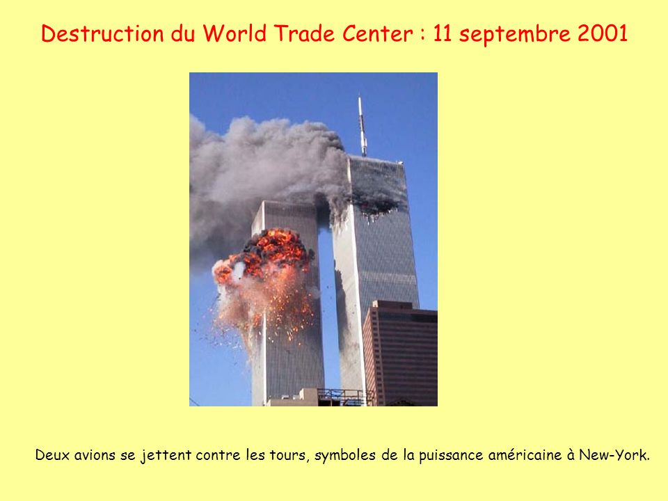 Destruction du World Trade Center : 11 septembre 2001 Deux avions se jettent contre les tours, symboles de la puissance américaine à New-York.