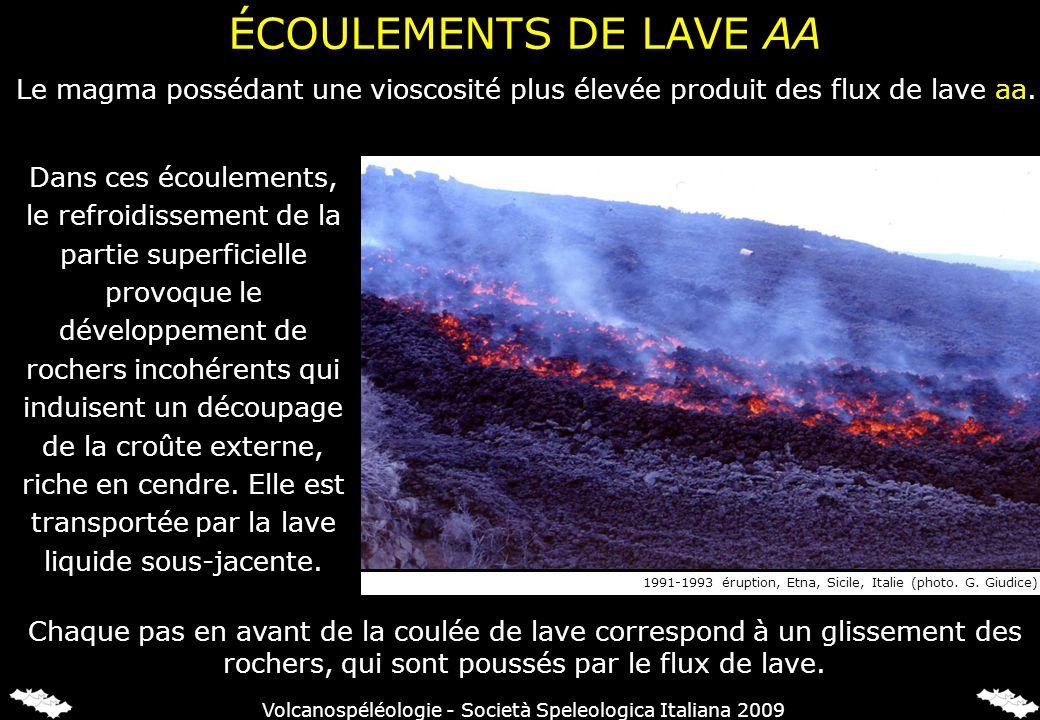 ÉCOULEMENTS DE LAVE AA Le magma possédant une vioscosité plus élevée produit des flux de lave aa. Chaque pas en avant de la coulée de lave correspond