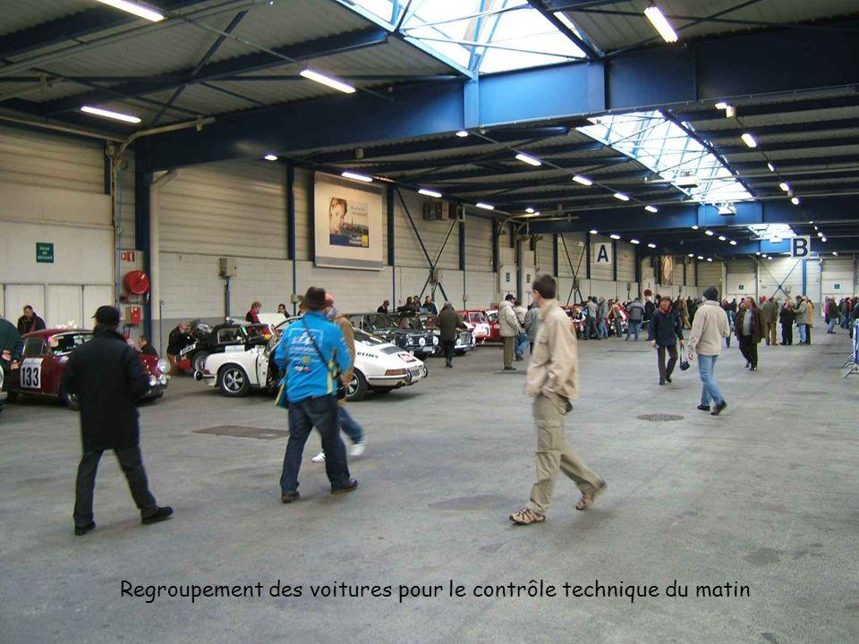 Regroupement des voitures pour le contrôle technique du matin