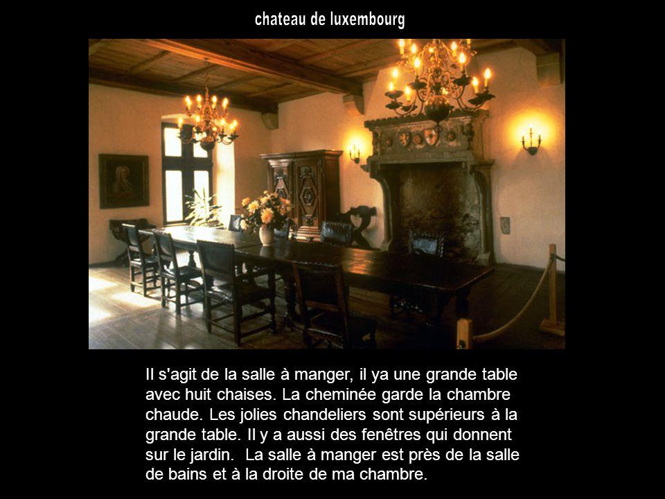 Il s agit de la salle à manger, il ya une grande table avec huit chaises.