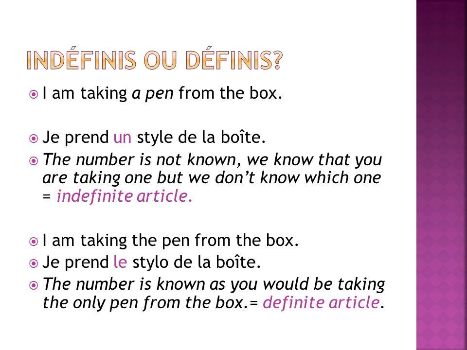 I am taking a pen from the box. Je prend un style de la boîte.