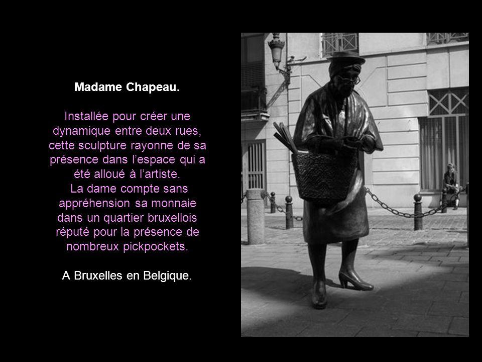 Homme au travail. Cette statue en bronze se trouve dans une zone piétonne de Bratislava. Frottez lui le bout du nez et vous gagnerez des fortunes, pré
