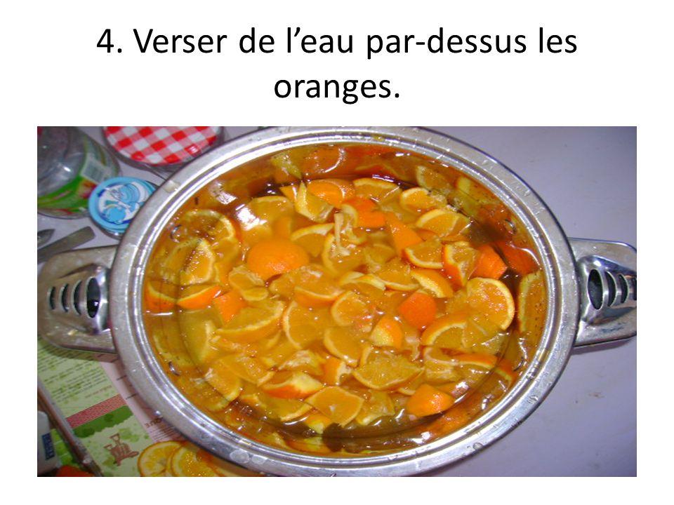 4. Verser de leau par-dessus les oranges.