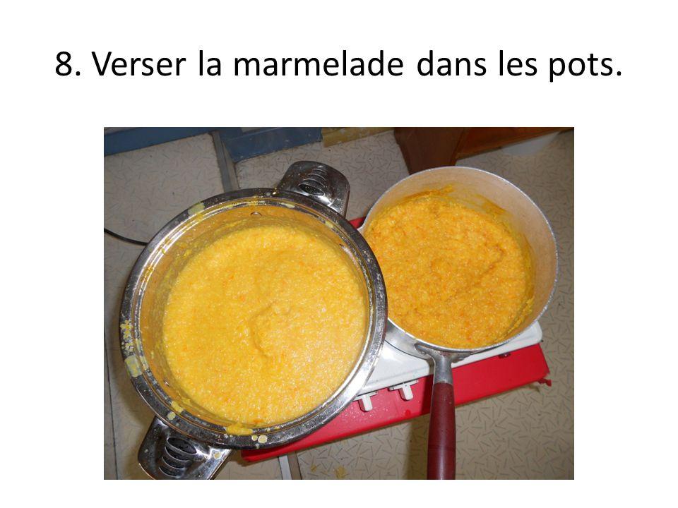 8. Verser la marmelade dans les pots.