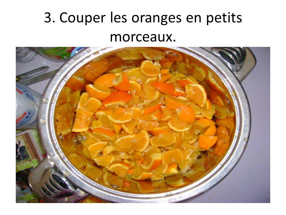3. Couper les oranges en petits morceaux.