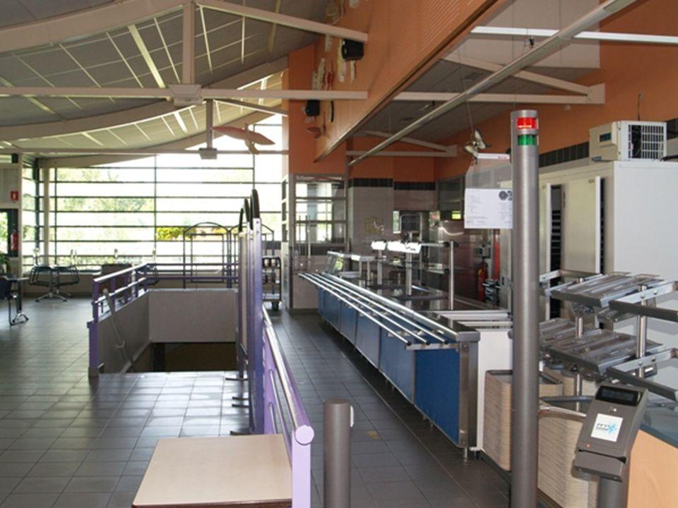 Les casiers: ils permettent aux élèves DP de laisser leurs affaires du matin ou de laprès -midi.