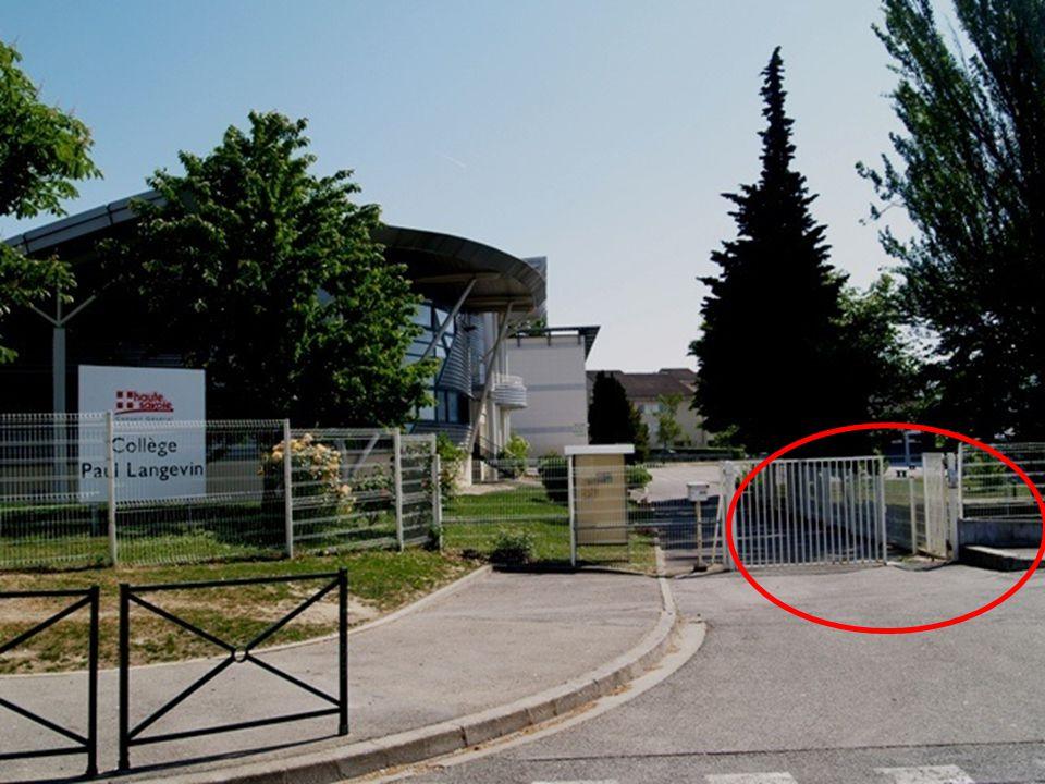Laccès se fait uniquement par la rue des Voirons.Les cours débutent à 7h55.