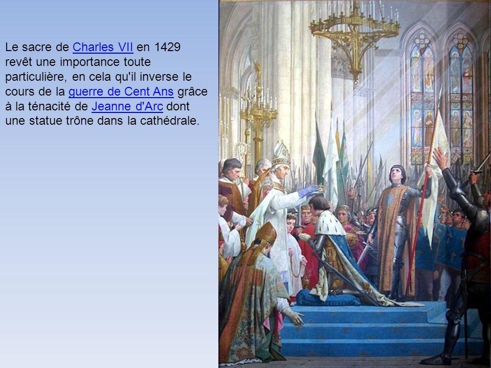 Notre-Dame de Reims est une cathédrale du XIII e siècle, postérieure à Notre-Dame de Paris et Notre-Dame de Chartres, mais antérieure aux cathédrales