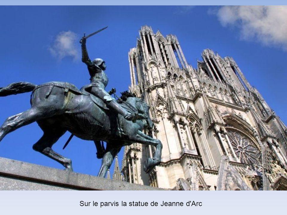 Le sacre de Charles VII en 1429 revêt une importance toute particulière, en cela qu'il inverse le cours de la guerre de Cent Ans grâce à la ténacité d
