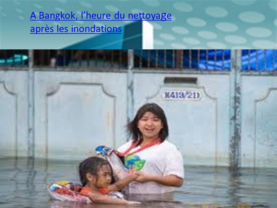 A Bangkok, lheure du nettoya g e après les inondations