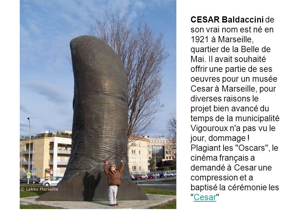 Pouce de César exposé à la Défense à Paris