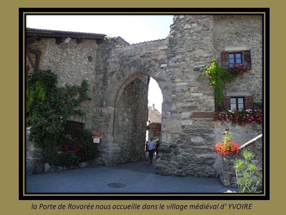 la Porte de Rovorée nous accueille dans le village médiéval d YVOIRE