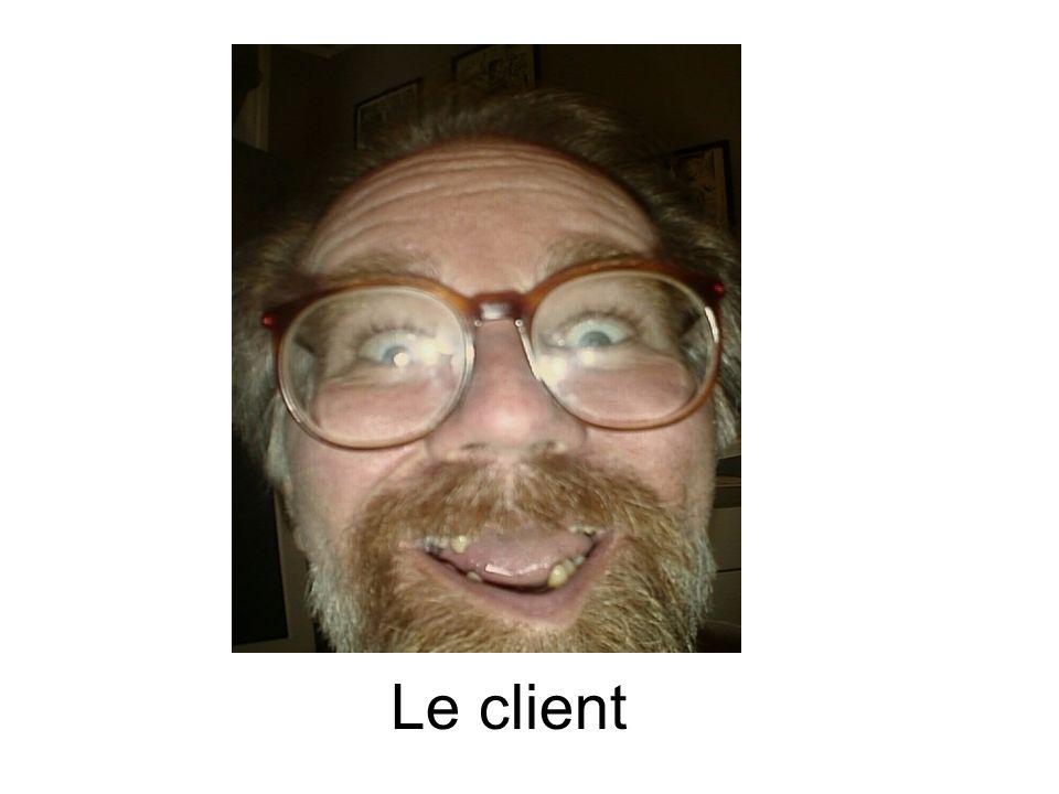 Le client avec peu de dents sassied à une table.