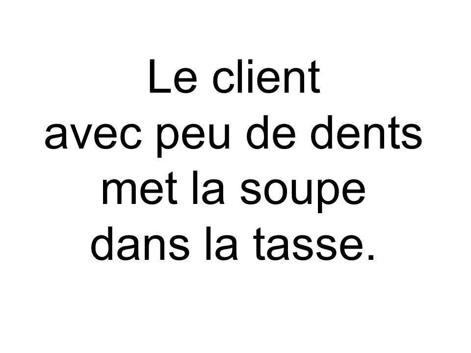 Le client avec peu de dents met la soupe dans la tasse.