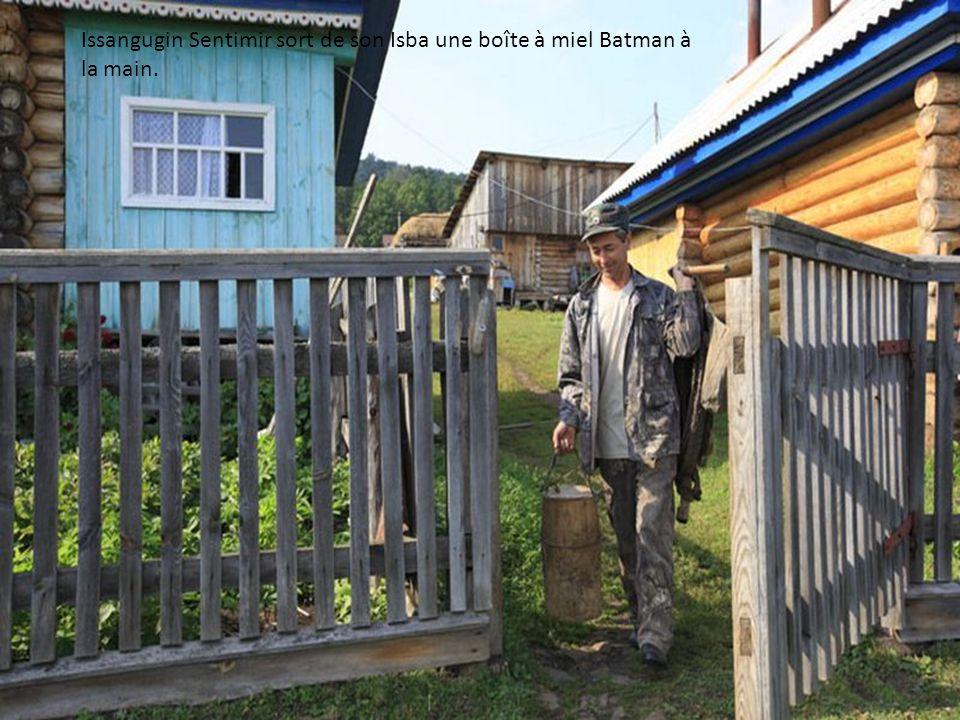 Dans le jardin de Sabit Galin, les gardes forestiers se concertent pour organiser la récolte.