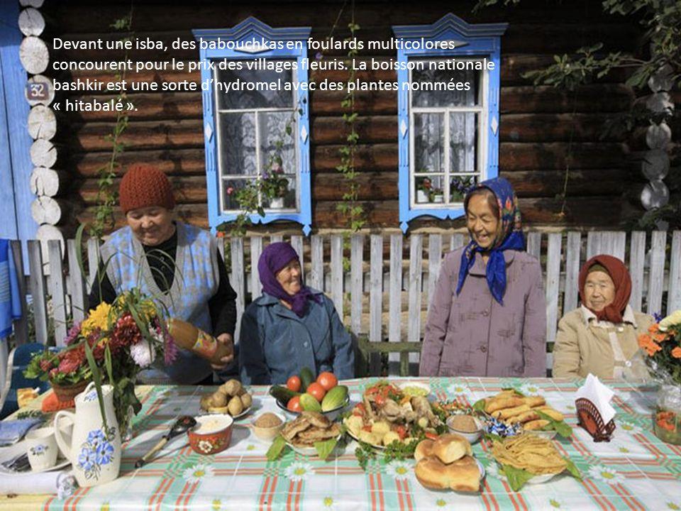 Devant une isba, des babouchkas en foulards multicolores concourent pour le prix des villages fleuris.