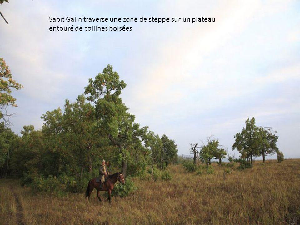 Sabit Galin et Aglam Ramujin, gardes forestiers autour dune table improvisée dans le campement