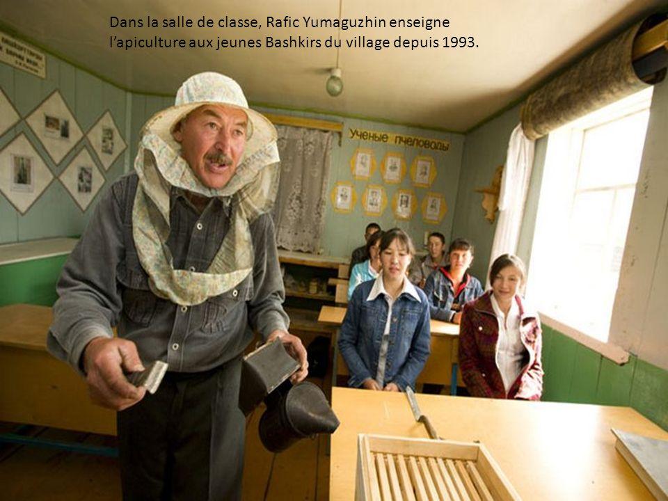 Rafic Yumaguzhin, 54 ans, apiculteur comme son père dans son jardin entouré de ses 40 ruches. du village de Gadel-Gareyéro.