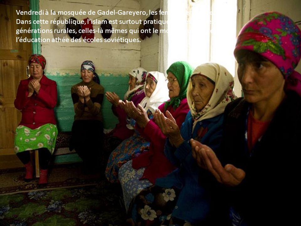 Le village de Gadel-Gareyéro, 400 habitants, la moitié des hommes pratique lapiculture. Une centaine dIsbas en troncs de pins aux fenêtres peintes aux