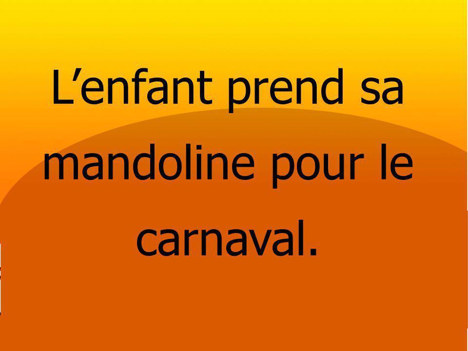 Lenfant prend sa mandoline pour le carnaval.