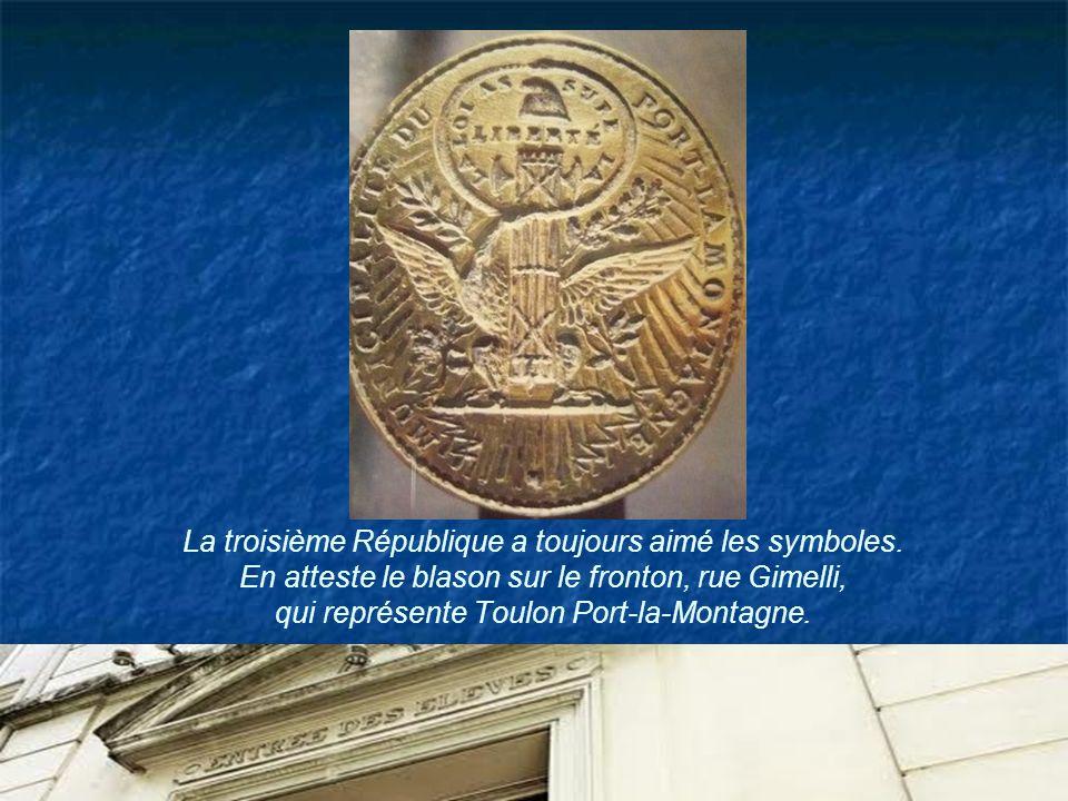 La troisième République a toujours aimé les symboles. En atteste le blason sur le fronton, rue Gimelli, qui représente Toulon Port-la-Montagne.